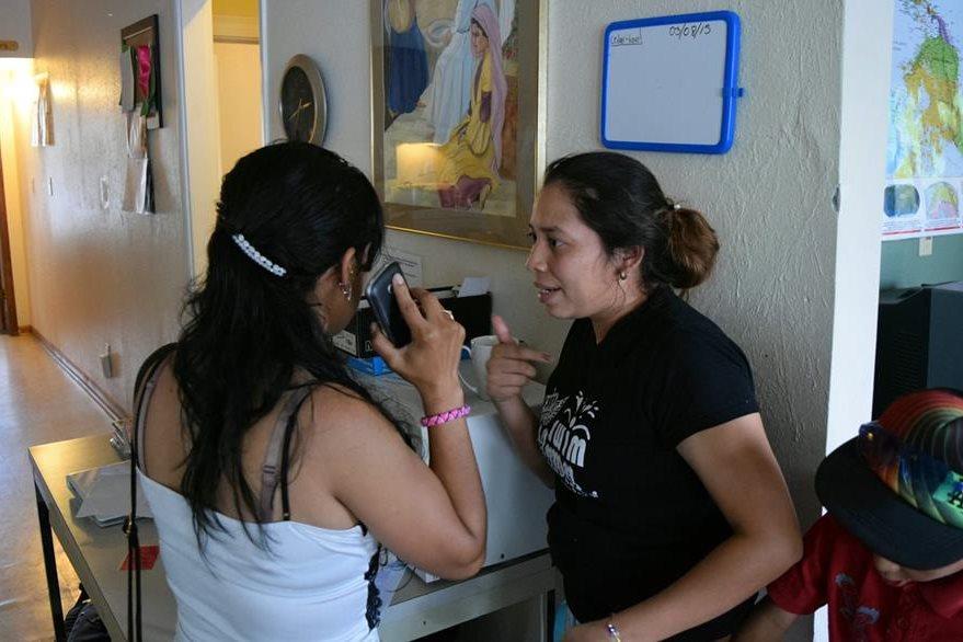 Sonia López (derecha) conversa con la que fue su compañera de celda en el centro de detención para familias inmigrantes de Dilley, Texas. (Foto Prensa Libre: EFE).