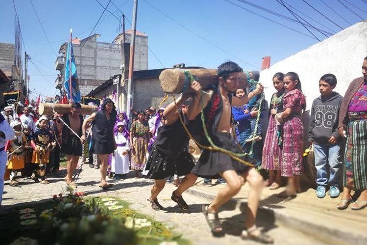 Los jóvenes que personifican a los maladrones son azotados ante la mirada de vecinos de Sumpango. (Foto Prensa Libre: Oscar Felipe Q.)
