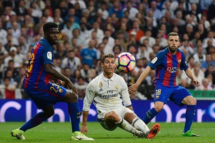 LaLiga Santander lanza el esprint final al rojo vivo, aún en plena ebullición por la emocionante victoria del Barcelona en el clásico en el Santiago Bernabéu. (Foto Prensa Libre: AFP)