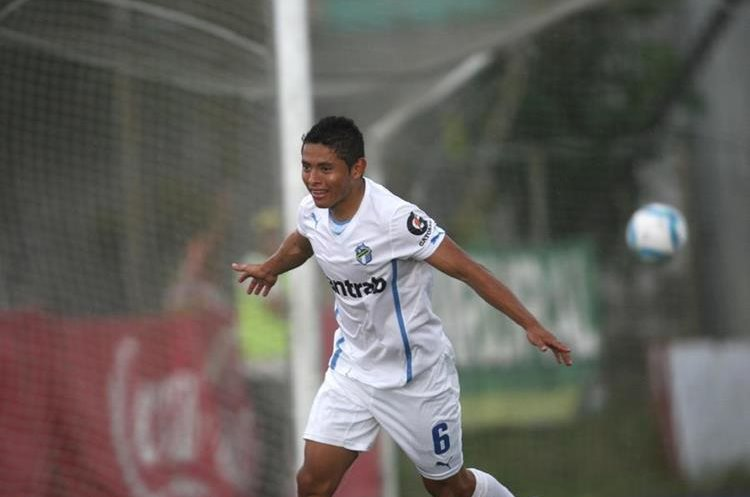 Carlos Mejía fue intervenido por una mal formación en el hueso de la pierna izquierda. (Foto Prensa Libre: Hemeroteca PL)