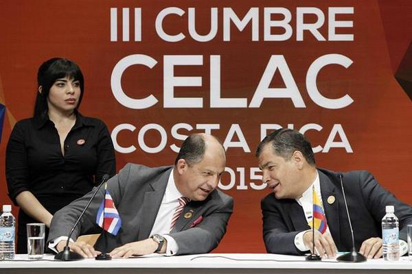 Los presidente de Costa Rica, Luis Guillermo Solis (Izquierda), conversa con su contraparte de Ecuador, Rafael Correa (derecha). (Foto Prensa Libre: EFE).