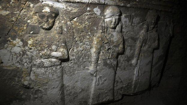 Los túneles excavados por EI revelaron objetos y piezas arqueológicas desconocidas. GETTY IMAGES