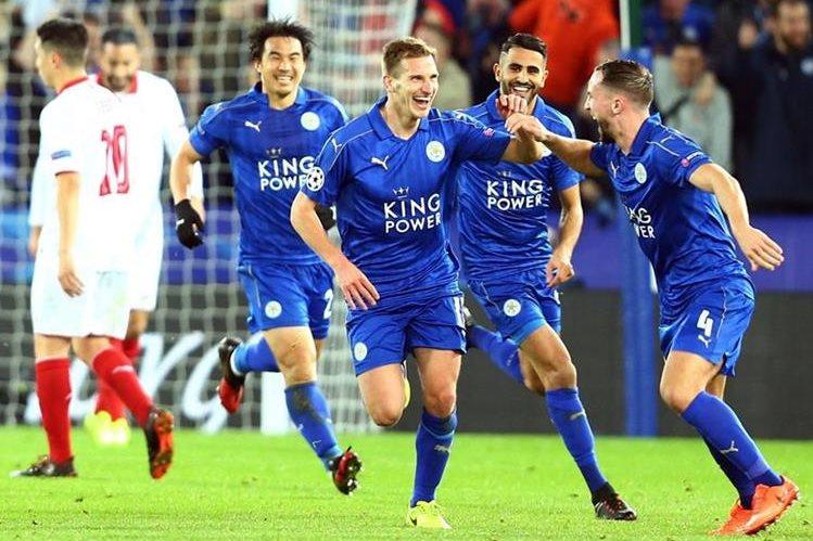 Los jugadores del Leicester festejan un gol en el triunfo contra el Sevilla. (Foto Prensa Libre: AFP).