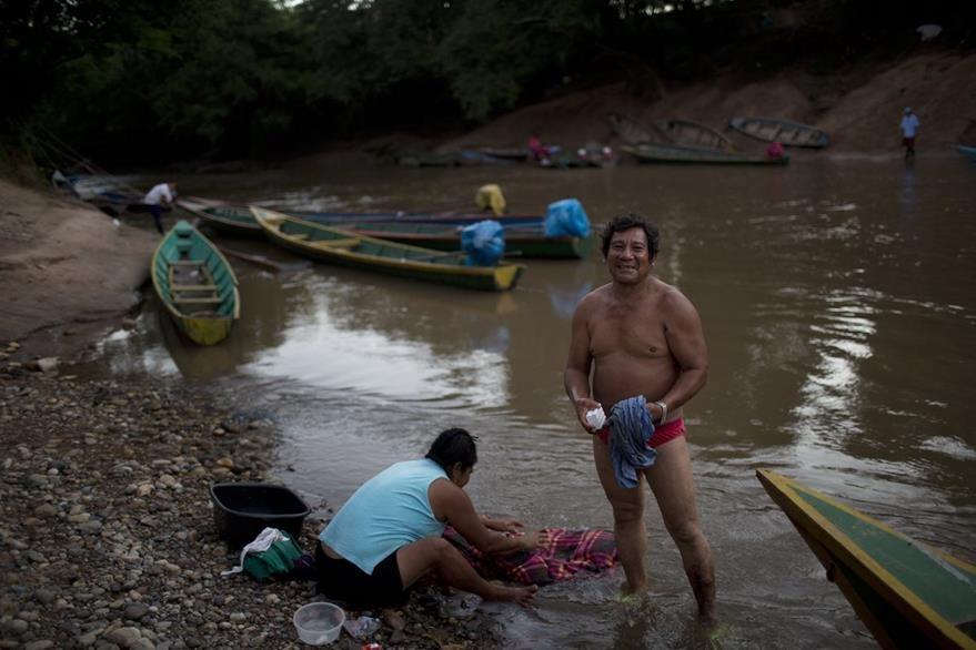Comunitarios se bañan en Santa Isabel, río El Dorado, Perú. (Foto Prensa Libre: AP).