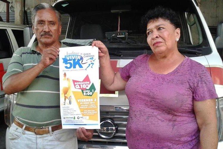 Consuelo Mejía muestra cartel en el que se anuncia una carrera en beneficio de su nieto, que se efectuará en Coatepeque. (Foto Prensa Libre: Alexánder Coyoy)