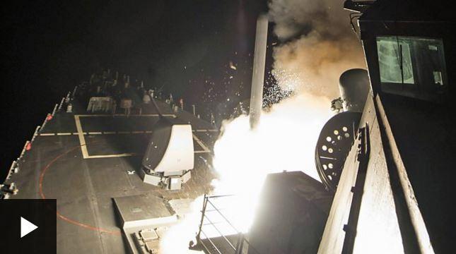 El momento en que EE.UU. lanza sus misiles Tomahawk hacia una base aérea siria.