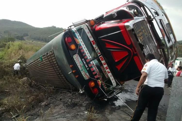 La unidad quedó a la orilla de la carretera. (Foto Prensa Libre: Cristian Icó).