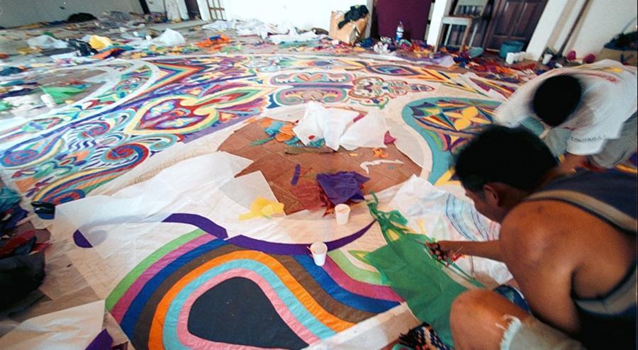 Elaboración de barrilete gigante para el festival de Sumpango, Sacatepéquez. (Foto Prensa Libre: Hemeroteca)