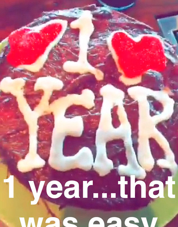 La pareja celebró su primer aniversario de novios cocinando un pastel juntos. Foto Prensa Libre:Snapchat