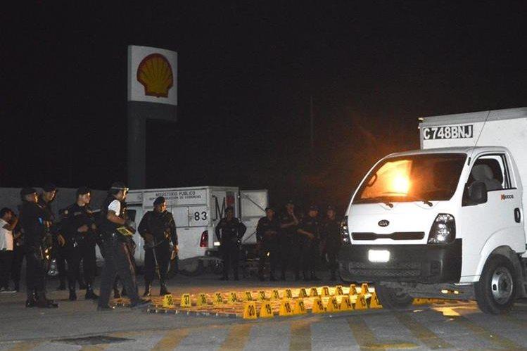 Investigadores observan la cocaína incautada en Sanarate, El Progreso. (Foto Prensa Libre)