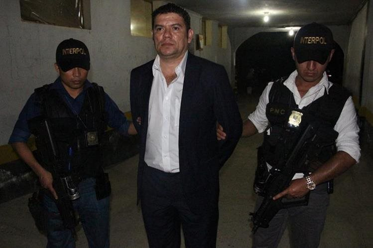 El detenido Juan Carlos Ramírez Acevedo es originario de Zacapa, fue trasladado a la Torre de Tribunales en la capital. (Foto Prensa Libre: PNC)