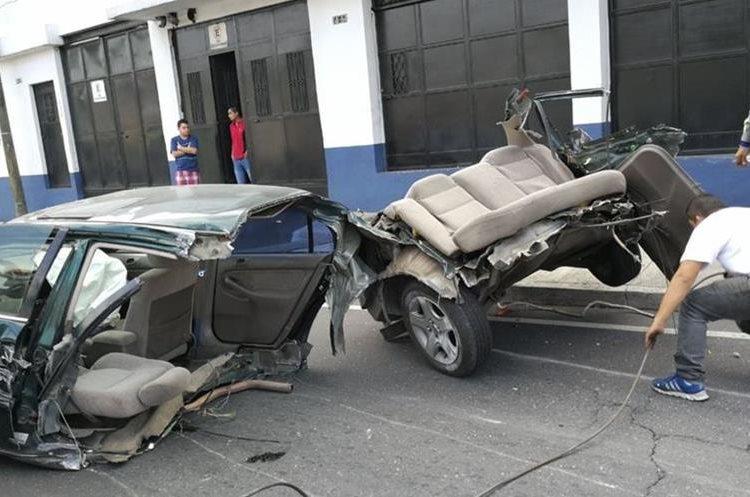 Dificultad para mover vehículo involucrado. (Foto Prensa Libre: Érick Ávila)