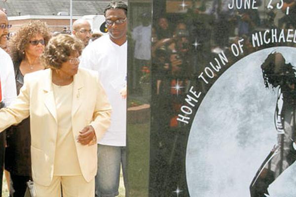 <p>Katherine Jackson   asiste a la inauguración de un monumento a su hijo,  Michael Jackson. (Foto Prensa Libre: AP)</p>
