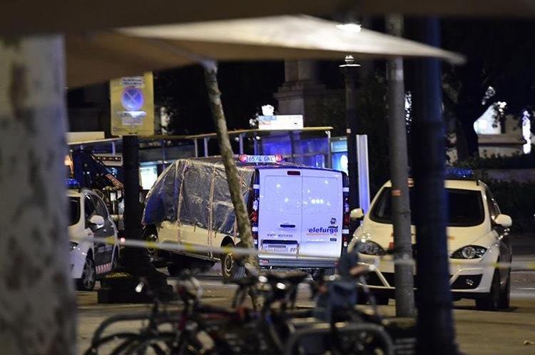 La furgoneta que aatropelló en la multitud es remolcada de la Rambla de Barcelona. (AFP).