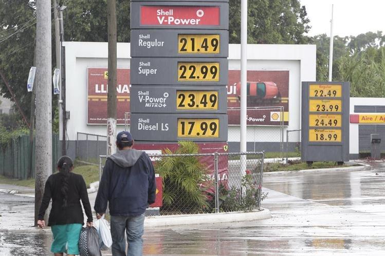 Combustibles varían de precio. Gasolinas bajaron 50 centavos y el diésel aumentó la misma cantidad. (Foto Prensa Libre: Érick Ávila).