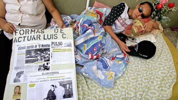 Linda Loaiza hizo una huelga de hambre de 13 días en las puertas del Tribunal Supremo de Justicia de Venezuela como medida de presión para que atendieran su caso. GETTY IMAGES