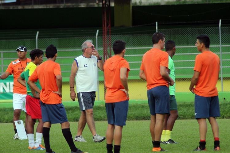 El técnico Ariel Sena da instrucciones a sus jugadores durante el entrenamiento de este jueves. (Foto Prensa Libre: Hugo Oliva)