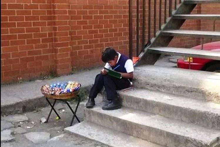 Niño aprovecha los ratos libres para hacer sus tareas y estudiar. (Foto Prensa Libre: Guatevisión)