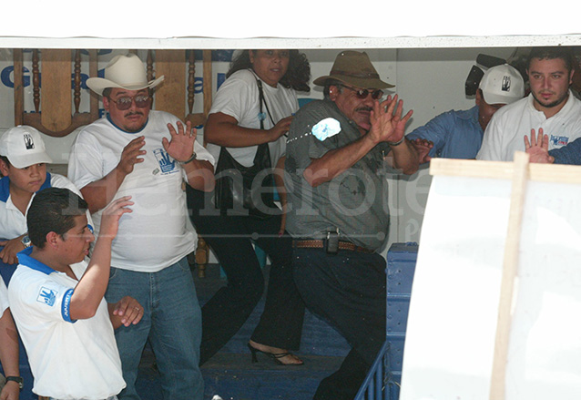 Juan Santa Cruz, diputado por Baja Verapaz, fue apedreado junto a otros eferregistas. (Foto: Hemeroteca PL)
