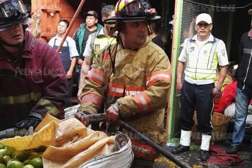 El jefe de la SAT fue un bombero más para una misma causa. (Foto Prensa Libre: Byron Vásquez)
