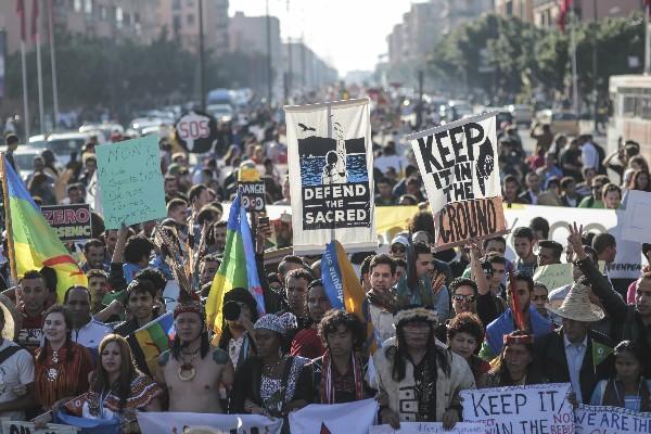 Centenares de manifestantes protestan contra el cambio climático en Marrakech, Marruecos. (AP).