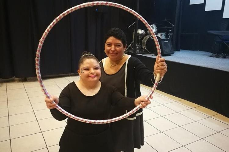 Diana Carolina Paz junto a su mamá Rosi de Paz durante un entrenamiento. (Foto Prensa Libre: Oscar García).