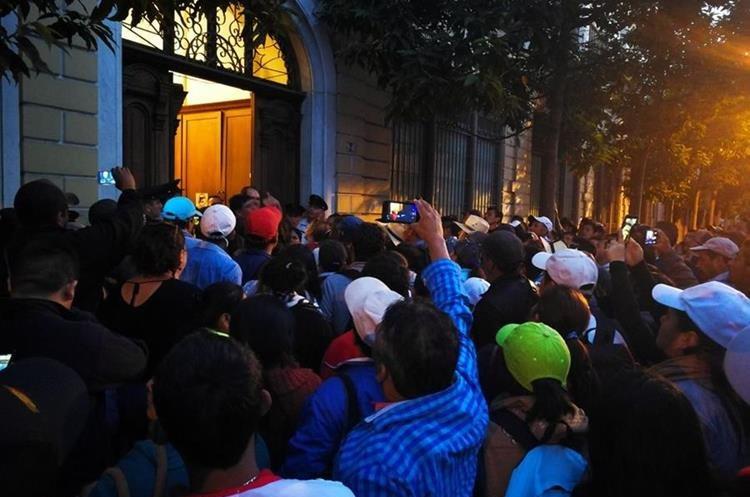Maestros cerraron los accesos al Congreso mientras los diputados discutían el presupuesto 2018. (Foto Prensa Libre: Paulo Raquec).