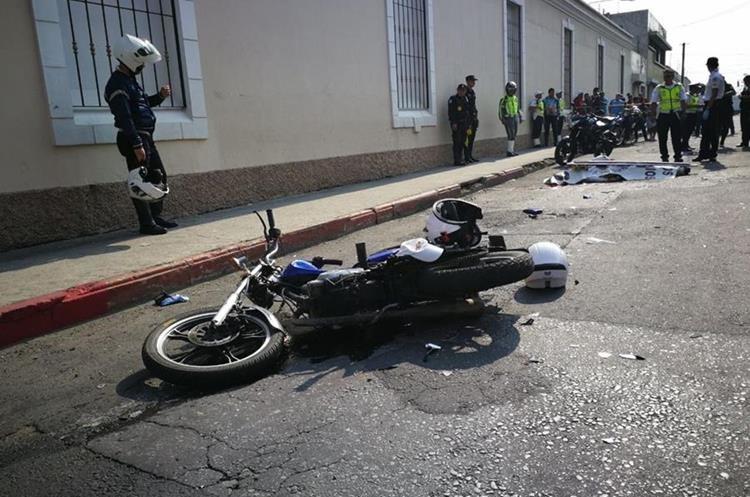 El cuerpo del agente quedó a varios metros de la moto. Foto Prensa Libre: Érick Ávila.