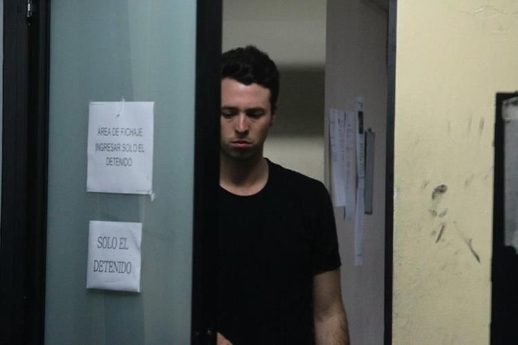 Banús Asturias es fichado en el sótano de la Torre de Tribunales. (Foto Prensa Libre: Álvaro Interiano)