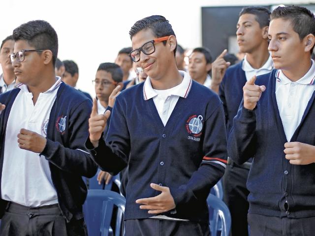 Centro de Educación continuada para sordos adultos (CECSA)  Robin Daniel Bonilla (D) es uno de los jóvenes mas aplicados.  (Fotografía Esbin García)