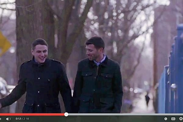 Jared Milrad y Nate Johnson, participan en el video promocional de Hillary Clinton. (Foto Prensa Libre: Video Youtube).