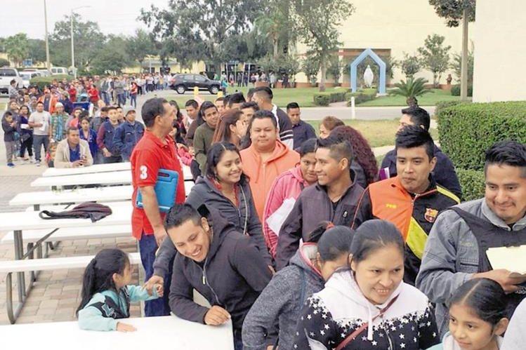 Migrantes hacen fila para efectuar trámites en el consulado móvil en Orlando, Florida. (Foto Prensa Libre: Hemeroteca PL)