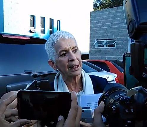 Adela de Torrebiarte habla con la prensa a su arribo a la Fedefut. (Foto Prensa Libre: Francisco Sánchez)
