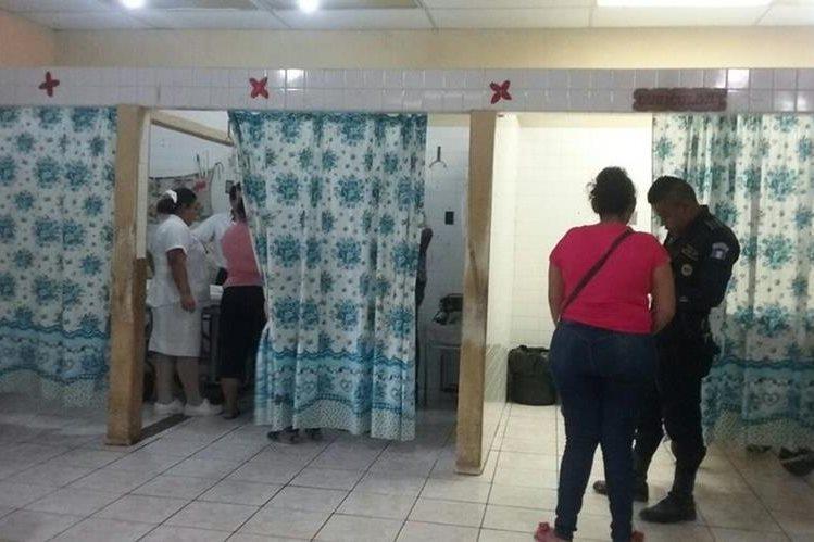 Niña herida es atendida por médicos del Hospital Regional de San Benito. (Foto Prensa Libre: Rigoberto Escobar)