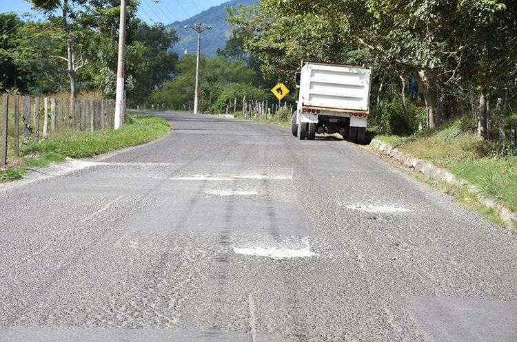 La carretera entre Chanmagua y Esquipulas se encuentra deteriorada. (Foto Prensa Libre: Mario Morales)