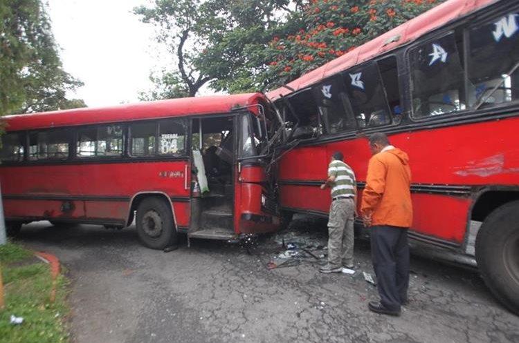 El choque entre dos autobuses en la zona 13 dejó al menos ocho personas con golpes y heridas. (Foto Prensa Libre: Érick Ávila)