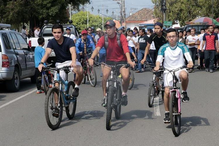Estudiantes participan en actividad en favor del ambiente. (Foto Prensa Libre: Eduardo Sam).