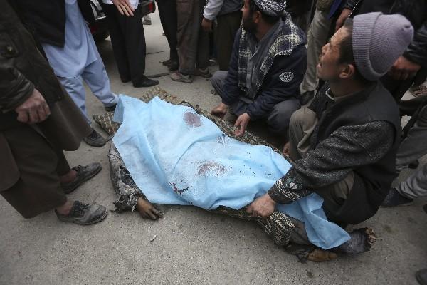 Un afgano acompaña el cuerpo de uno de los fallecidos en elataque en Kabul. (AFP).
