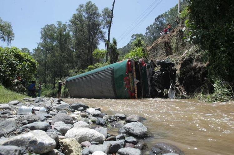 La camioneta que cayó a la hondonada es de la empresa Esmeralda. (Foto Prensa Libre: Carlos Hernández)