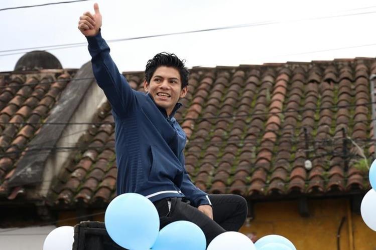 Jorge Vega saluda durante el recorrido de la caravana en la entrada de la Antigua Guatemala. (Foto Prensa Libre: Renato Melgar).