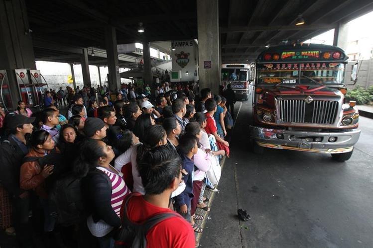 La propuesta de ley contempla que todos los asuetos y feriados del año queden en lunes o viernes, para que los guatemaltecos tengan desde el sábado para viajar. (Foto Prensa Libre: Hemeroteca PL)