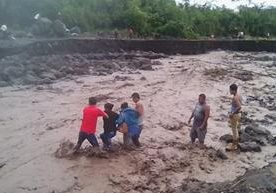 Afectados intentan cruzar el Taniluyá