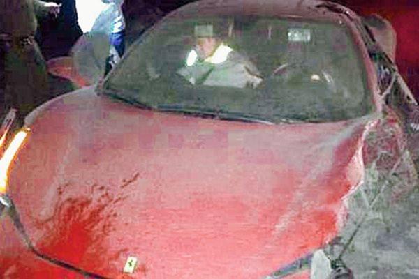 Foto que muestra cómo quedó el lujoso vehículo del chileno Arturo Vidal (Foto Prensa Libre: Tomada de internet)