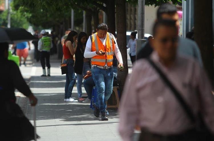 Por las calles de la ciudad es común ver a personas distraerse por usar el celular.