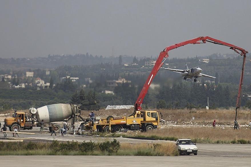 Un avión ruso despega de un aeropuerto de Siria. (Foto Prensa Libre: EFE).