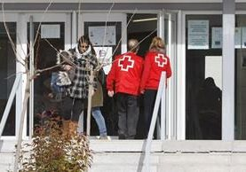 Socorristas atienden a estudiantes heridos en un instituto de Villena, España.(EFE).