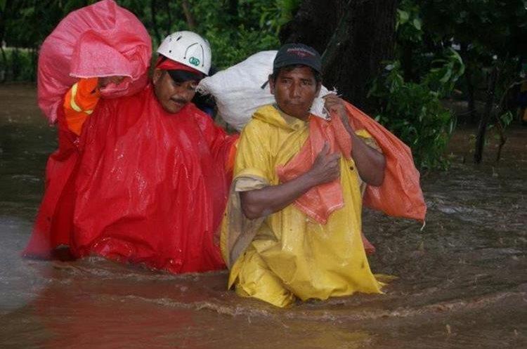 Aguilar ayuda a damnificado por lluvia