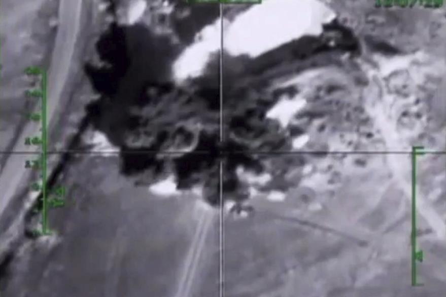 Captura de video facilitada por el Ministerio de Defensa ruso que muestra un nuevo ataque aéreo sobre un supuesto emplazamiento terrorista en la provincia de Hama en Siria. (Foto Prensa Libre: EFE).