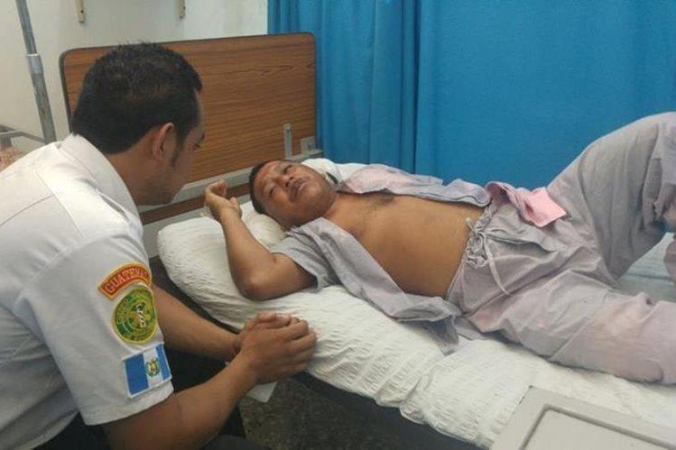 Bombero Baudilio Aguilar se recupera en el Instituto Guatemalteco de Seguridad Social en Retalhuleu. (Foto Prensa Libre: Rolando Miranda)