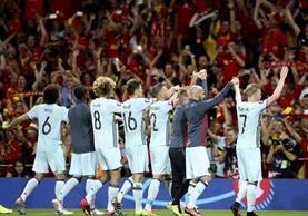 Los seleccionados belgas agradecieron a su afición. (Foto Prensa Libre: AP)
